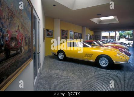 Classic Car Dealership in Kalifornien. 1960er Ferrari GT's im Showroom Stockbild