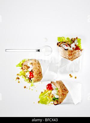 Sandwich-wraps, Pita-Brot mit Salat und Huhn gefüllt. Stockbild