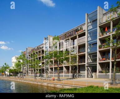 Gracht und moderne Wohngebäude am Innenhafen, Duisburg, Ruhrgebiet, Nordrhein-Westfalen, Deutschland, Europa Stockbild