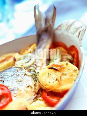 Gebackener Fisch mit gegrilltem Gemüse Stockbild