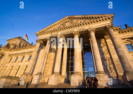 Reichstagsgebäude, Menschen Säulen am Eingang, Queeing, im Freien, Berlin Stockbild