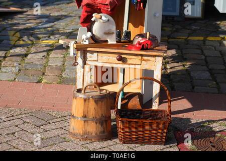 Alten Holztisch mit alte Brotschneidemaschine auf einem Flohmarkt, Deutschland Ich alter Holztisch mit alter brotschneidemaschine auf einem Flohmarkt, Deutschland I Stockbild