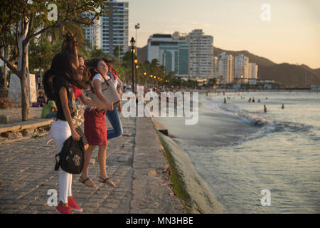 Frauen für einen selfie auf dem Malecon (Strandpromenade), Santa Marta, Magdalena, Kolumbien springen Stockbild
