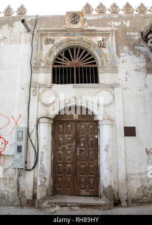 Hölzerne Tür von einem historischen Haus in der Altstadt von al-Balad, Mekka Provinz, Jeddah, Saudi-Arabien Stockbild