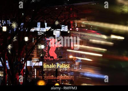 Berlin, Deutschland. 14 Feb, 2019. 69. Berlinale - Berlinale Palast an der Blauen Stunde. (Lange Belichtung) Credit: Britta Pedersen/dpa/Alamy leben Nachrichten Stockbild