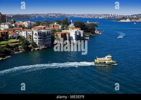Fähre verlassen Ufer im Hafen von Sydney an einem sonnigen Tag in Sydney, Australien Stockbild