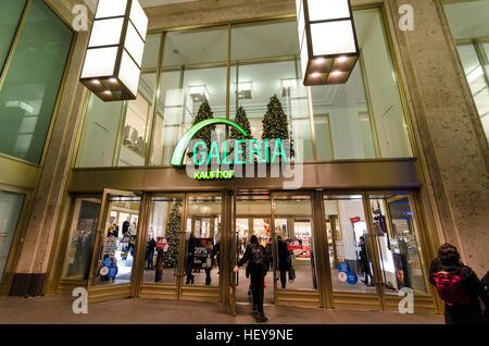 Logo und Eingang außerhalb Galeria Kaufhof; Department Store, Shop, Händler. Alexanderplatz, Mitte, Berlin, Stockbild