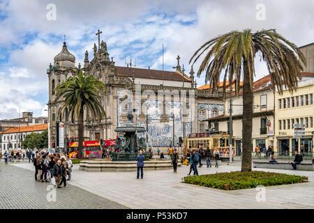 Der Brunnen von Löwen, Praca de Gomez, Igreja do Carmo Kirche, Azulejos, vintage Straßenbahn, Porto, Portugal Stockbild