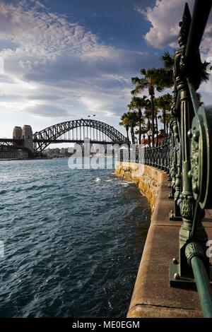 Circular Quay Promenade an der Sydney Cove mit der Sydney Harbour Bridge im Hintergrund in Sydney, Australien Stockbild