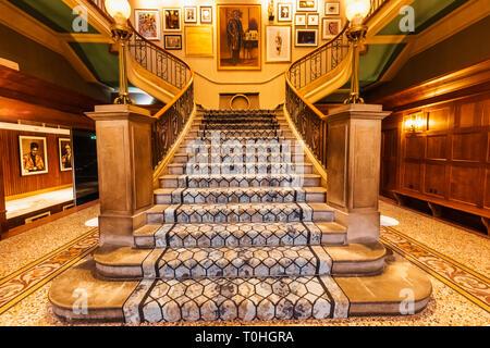 England, London, Southwark, die Dixon Tower Bridge Marriott Hotel, einem umgebauten Gerichtsgebäude, Flur und Treppe Stockbild