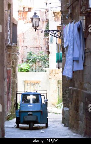 Taranto, Apulien, Italien - 31. MAI 2017 - Ein altes Dreirad Auto in einer allyway von Taranto Stockbild