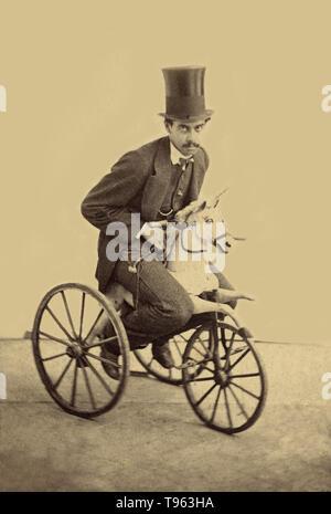 Mustachioed Mann in Hut, ein Dreirad mit einem hölzernen Pferd befestigt ist, um 1865. Stockbild
