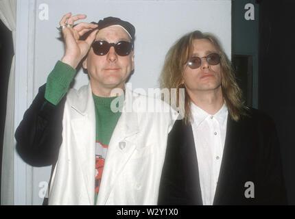 LOS ANGELES, Ca - 06. März: Musiker Rick Nielsen (L) und Robin Zander von Cheap Trick backstage bei einem Konzert ca. 1988 an verschiedenen Orten in Los Angeles, Kalifornien. Stockbild