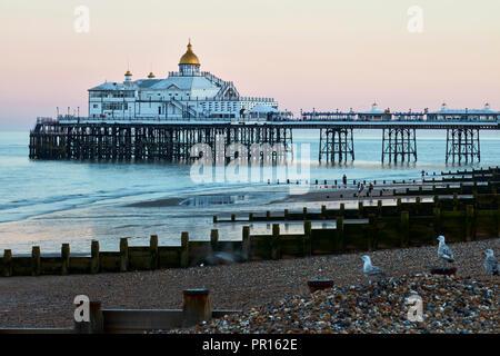 Eastbourne Pier im Morgenlicht, Eastbourne, East Sussex, England, Vereinigtes Königreich, Europa Stockbild