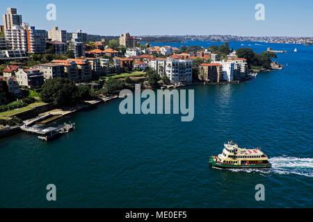 Fähre Annäherung an den Docks im Hafen von Sydney an einem sonnigen Tag in Sydney, Australien Stockbild