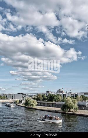 Spree, Informationsschalter für Boote, Regierungsviertel, Wolken, Berlin, Deutschland Stockbild