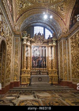 St John's Co-Cathedral in Valetta, Malta, aus 1577 ein gutes Beispiel für die hohe barocke Architektur, Innenansicht der Seitenkapelle Stockbild