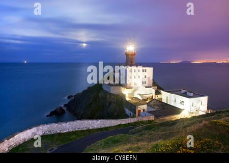 Baily Leuchtturm in der Abenddämmerung mit Mond im Hintergrund erfasst. Stockbild