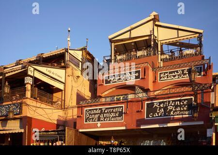 Marokko, Hoher Atlas, Marrakesch, Imperial City, Medina als Weltkulturerbe von der UNESCO, Platz Jemaa El Fna, Café de France und Residence La Place Cafe Stockbild