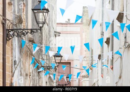 Presicce, Apulien, Italien - Blau und Weiß bunting in den Straßen zu feiern Stockbild