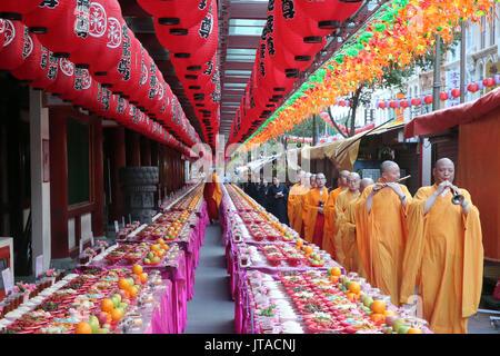 Ullambana Zeremonie, wenn Nahrung wird während der jährlichen Ghost Festival Zahnreliquie Buddhas, Tempel, Singapur mit den Vorfahren angeboten Stockbild