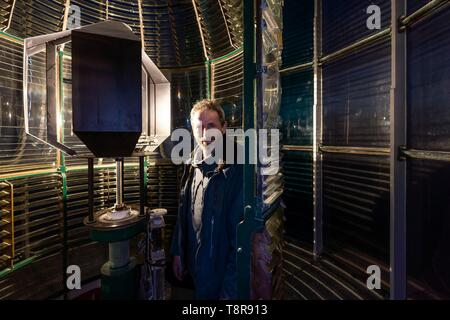 Frankreich, Gironde, Verdon sur Mer, felsigen Plateau von Cordouan, Leuchtturm von Cordouan, als Monument Historique, Portrait von Lighthouse Keepers vor Leuchtturm lenticular System aufgelistet Stockbild