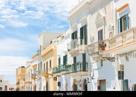 Gallipoli, Apulien, Italien - im mittleren Alter Fassaden mit Balkon in eine wunderbare Gasse Stockbild