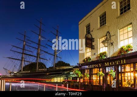 England, London, Greenwich, Nachtansicht der Schwammspinner Pub und die Cutty Sark Stockbild