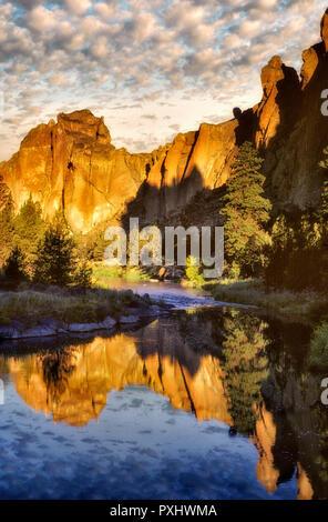 Smith Rock State Park bei Sonnenaufgang. Oregon. Stockbild