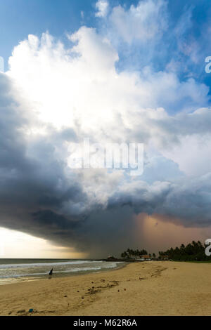 Induruwa Beach, Sri Lanka, Asien - riesige Wolken und Hintergrundbeleuchtung bei Sonnenuntergang am Strand von Induruwa Stockbild