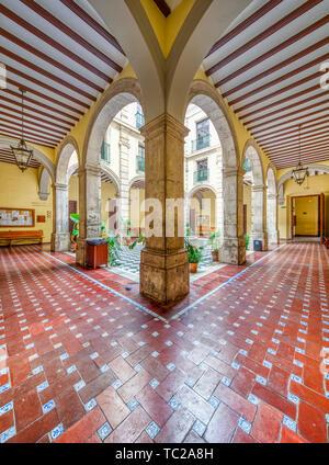 Hof, Universität Sevilla (ehemalige königliche Tabakfabrik aus dem 18. Jahrhundert). Hochauflösende Panorama. Stockbild