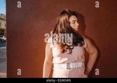 Eine Frau auf der Suche zur Seite. Stockbild
