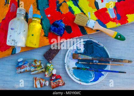 Malerei liefert auf Tabelle mit Leinwand Stockbild
