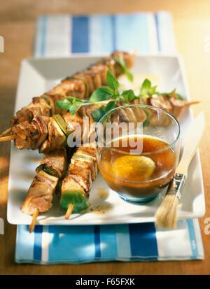 Türkei und Schweinefleisch-Spieße mit Kalk Stockbild
