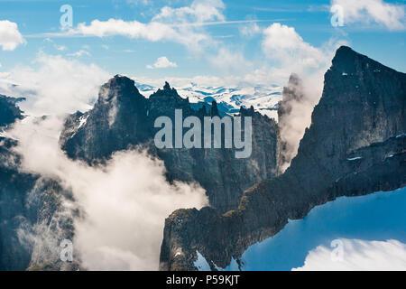 Luftaufnahme über die Trollmauer (Mitte) und die Spitzen Trolltindane in Romsdalen, Møre og Romsdal, Norwegen. Stockbild