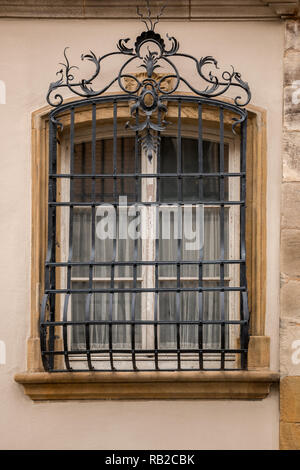 Alte historische Gebäude mit einem Gitter aus Stahl vor dem Fenster gemacht Stockbild