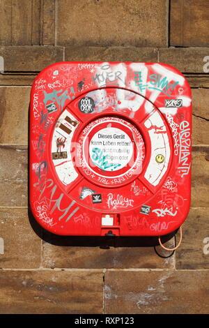 Rot Rettungsring in der Container an der Wand aufhängen, Bremen, Deutschland, Europa Stockbild
