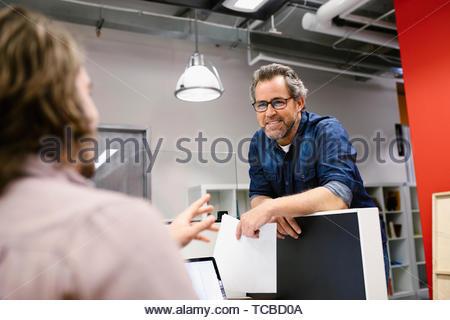 Unternehmer im Gespräch im Büro Stockbild