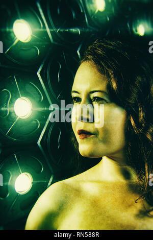 Frau vor einem sci-fi Leuchtplatte Stockbild