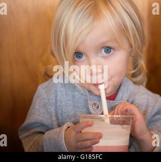 Kleinkind mit Strohhalm trinken Stockbild