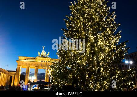Weihnachtsbaum am Brandenburger Tor Brandenburger Tor Berlin Deutschland Stockbild