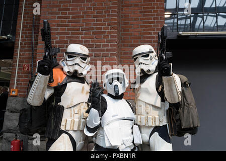 Berlin, Germany. 20th Oct, 2018. Cosplayers seen posing during the German Comic Con in Berlin. The American-style comic convention offers a world of experience around the themes of Comics & Manga, Film & TV, Cosplay & Costume, Games and general entertainment. Credit: Markus Heine/SOPA Images/ZUMA Wire/Alamy Live News Stockbild