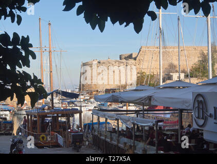 Der Hafen in der Altstadt von Kyrenia (Girne) Zypern hat eine gut geschützte Marina, Restaurants mit Blick auf das alte Schloss Stockbild