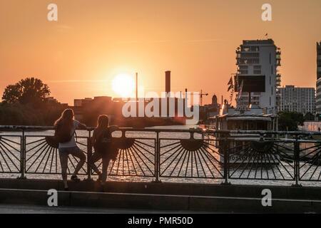 Sonnenuntergang an der Oberbaumbrücke, Spree, Skyline, Berlin Stockbild