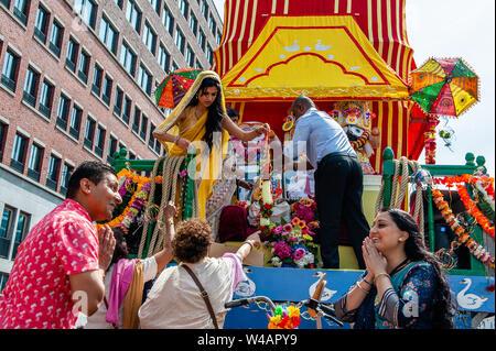 """Menschen gesehen werden, die Organisation der Wagen vor der Prozession. Das Festival der Wagen auch als Ratha Yatra bekannt, ist ein zeitloses Festival, mit Ursprung in der antiken Stadt Jagannatha Puri in Indien. Seit Tausenden von Jahren, haben zu Jagannatha Puri wurde in Indien in das älteste Festival der Welt namens Ratha-yatra"""", den Wagen Festival"""". Jetzt Ratha-yatra wird jedes Jahr in Dutzenden von Städten rund um die Welt abgehalten. Das ratha Yatra Festival hat einen gemeinsamen Blick in den meisten großen Städten der Welt werden seit 1968 durch die ISKCON, Hare Krishna Bewegung. In Rotterdam Stockbild"""
