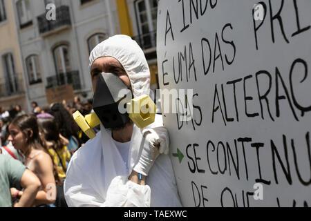 """Ein Demonstrator mit einer Gasmaske mit einem riesigen Plakat während des Protestes gesehen. Tausende von portugiesischen Studenten Verband der internationalen Bewegung """"Freitags für Zukunft"""" in Lissabon gegen die Klimaproblematik zu protestieren. Dieser Streik zielt darauf aufmerksam die politischen Führer der Welt auf die Schwere der Klimaproblematik. Stockbild"""