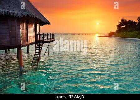 Sonnenuntergang am tropischen Strand, Malediven Insel Landschaft Hotel Stockbild