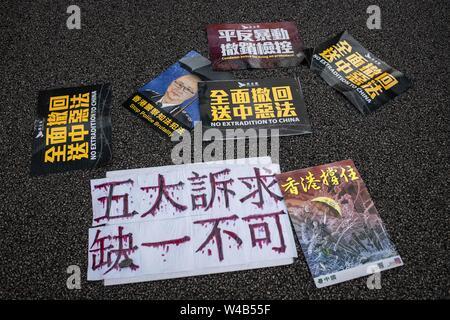 Poster mit Nachrichten, die gegen die Auslieferung Bill und pro-Demokratie auf dem Boden vor der Gesetzgebenden Rat. Hong Kong Demonstranten versammelten für ein weiteres Wochenende der Proteste gegen die umstrittene Auslieferung Rechnung und mit einer wachsenden Liste von Beschwerden, die der Aufrechterhaltung des Drucks auf Chief Executive Carrie Lam. Stockbild