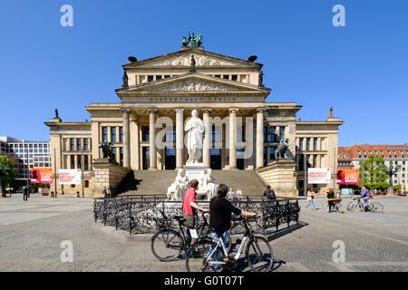 Konzerthaus und Schiller Statue auf dem Gendarmenmarkt Square in Mitte Berlin Deutschland Stockbild