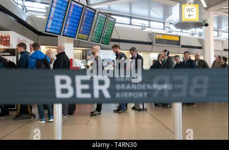 Berlin, Deutschland. 19 Apr, 2019. Reisende stehen im Terminal am Flughafen Tegel warten für den Check-in. Credit: Paul Zinken/dpa/Alamy leben Nachrichten Stockbild